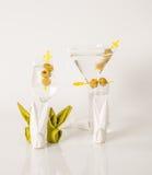 Uppsättningen av drinkar, färgdrink dekorerade med oliv, vita skott, M Arkivbild
