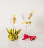 Uppsättningen av drinkar, färgdrink dekorerade med oliv, vita skott, M Arkivfoto
