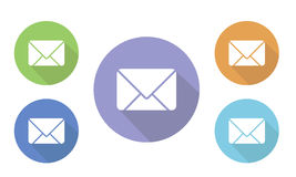 Uppsättningen av färgrik rund symbolspost för illustration på websites och fora och e-shoppar in knappen med kuvertbild på vit vektor illustrationer