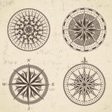 Uppsättningen av för den antika den nautiska kompasset vindrosen för tappning undertecknar etiketter royaltyfri illustrationer