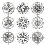 Uppsättningen av för den antika den nautiska kompasset vindrosen för tappning undertecknar etiketter e fotografering för bildbyråer