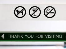 Uppsättningen av förbjuder tecknet på kafeterians dörr. Royaltyfria Bilder