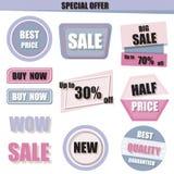 Uppsättningen av försäljningen, köper det nu, nya halva prisbanret i lilor, rosa färger och Arkivbild