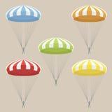 Uppsättningen av flerfärgat hoppa fallskärm Arkivbilder