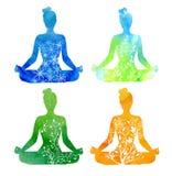 Uppsättningen av fyra säsongsbetonade kvinnliga silhouttes i yoga poserar vektor illustrationer