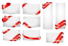 Uppsättningen av gåvakortet noterar med röda band. Arkivbilder