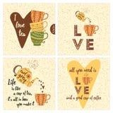 Uppsättningen av inspirerande kort med färgrika te- eller kaffekoppar, tekannan och realitetliv citerar stock illustrationer