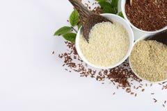 Uppsättningen av jasminrissamlingen har kolhydrater, vitaminet och mineral den goda för hälsa på vit bakgrund Royaltyfria Foton