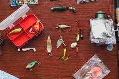Uppsättningen av konstgjorda beten för pikfiske ligger på tabellen Royaltyfria Foton