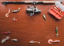 Uppsättningen av konstgjorda beten för pikfiske ligger på tabellen Arkivbilder