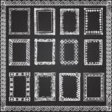 Uppsättningen av krita målade ramar på en svart svart tavla Arkivbild