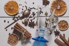 Uppsättningen av kryddor för framställning av funderat vin Arkivfoto