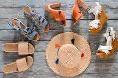 Uppsättningen av kvinnors skokilar, häl och plana sandaler på grå färger uppvaktar Arkivfoto