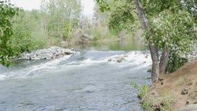 1 3 Uppsättningen av längd i fot räknat med vatten som flödar vaggar igenom Kokande vatten i floden stock video