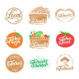 Uppsättningen av logoer för bokstäver för lantgårdhanden skriftliga, etiketter, emblem, emblem för bönder marknadsför, mat, lokal arkivbilder