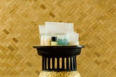 Uppsättningen av lotionschampo och tvålflaskan med bambu väver Royaltyfria Bilder
