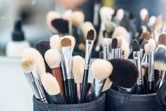 Uppsättningen av makeup borstar i fall att fotografering för bildbyråer
