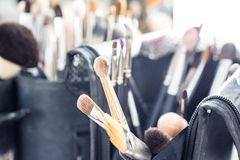 Uppsättningen av makeup borstar i fall att arkivfoton