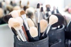 Uppsättningen av makeup borstar i fall att arkivbild