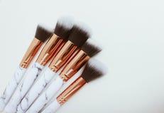 Uppsättningen av makeup borstar på vit färgad komponerad bakgrund fotografering för bildbyråer