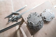Uppsättningen av metallkontaktdon kallade `-krabba` för att arbeta med gipsplatta på taket Royaltyfri Foto