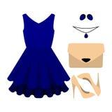 Uppsättningen av moderiktiga kvinnors kläder med blått klär och tillbehör Arkivbild