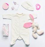Uppsättningen av moderiktigt material för mode och leksaker för nyfött behandla som ett barn flickan in så arkivfoton