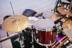 Uppsättningen av musikinstrument trummar på klubban Royaltyfri Foto
