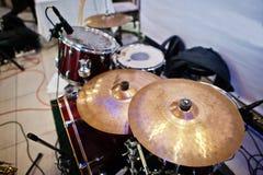Uppsättningen av musikinstrument trummar på klubban Arkivbilder