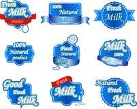 Uppsättningen av nytt naturligt mjölkar etiketter Royaltyfri Foto