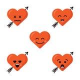 Uppsättningen av olik plan gullig emojihjärta vänder mot med pilen som isoleras på den vita bakgrunden Lyckliga emoticonsframsido royaltyfri illustrationer
