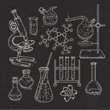 Uppsättningen av olika apparater för kemikalie experimenterar på svart bakgrund vektor illustrationer