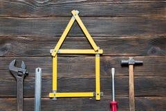 Uppsättningen av olika arbetshjälpmedel är i form av ett hus: screwdri Arkivfoto