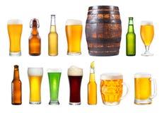 Uppsättningen av olika exponeringsglas, rånar och flaskor av öl arkivbilder