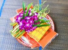 Uppsättningen av orkidén blommar, stearinljus och rökelse för heliga andar arkivbilder