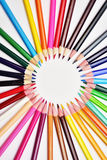 Uppsättningen av realistiska färgrika kulöra blyertspennor fodrade i cirklar Royaltyfri Foto