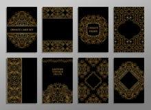Uppsättningen av reklambladet söker den dekorativa illustrationen stiliserat guld- begrepp Arkivfoto