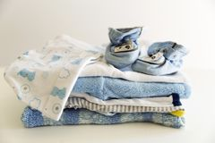 Uppsättningen av saker för ett nyfött behandla som ett barn pojken Moderligt begrepp Behandla som ett barn clo Arkivbild