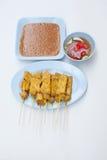 Uppsättningen av satay griskött som är klar för, äter Arkivfoto