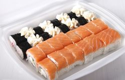 Uppsättningen av sushi från svart och guling rullar Arkivfoton