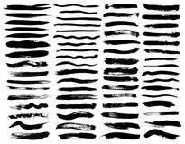 Uppsättningen av svart målarfärg, färgpulverborsteslaglängder, borstar, fodrar Smutsiga konstnärliga designbeståndsdelar vektor illustrationer