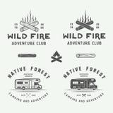 Uppsättningen av tappning som campar som är utomhus- och, äventyrar logoer, emblem Royaltyfri Bild