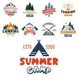 Uppsättningen av tappningträn campar emblem och illustrationen för vektor för läger för berg för natur för emblem för lopplogo ha Royaltyfri Foto