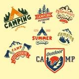 Uppsättningen av tappningträn campar emblem och illustrationen för vektor för läger för berg för natur för emblem för lopplogo ha Royaltyfri Bild