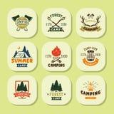 Uppsättningen av tappningträn campar emblem och illustrationen för vektor för läger för berg för natur för emblem för lopplogo ha Royaltyfri Fotografi