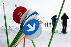 Uppsättningen av varningspictograms på skidar semesterorten Royaltyfri Foto