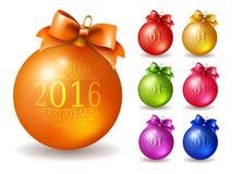 Uppsättningen av vektorn färgade julbollar som dekorerades med pilbågen och inskriften 2016 Arkivbild