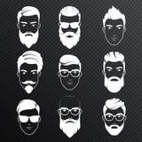 Uppsättningen av vektorn uppsökte hipstermanframsidor på den transperant alfabetiskbakgrunden Vita färgfrisyrer, skägg, mustasche stock illustrationer