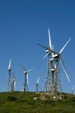 Uppsättningen av vindkraft maler torn mot blå himmel Royaltyfria Bilder
