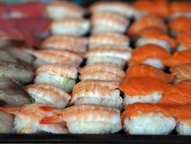 Uppsättningen för den bästa sikten av sushi och makien rullar Japan foods på tabellen royaltyfri foto